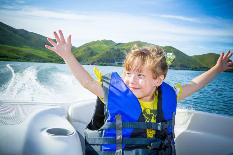 Recorrido de niños en el agua en el barco imagen de archivo