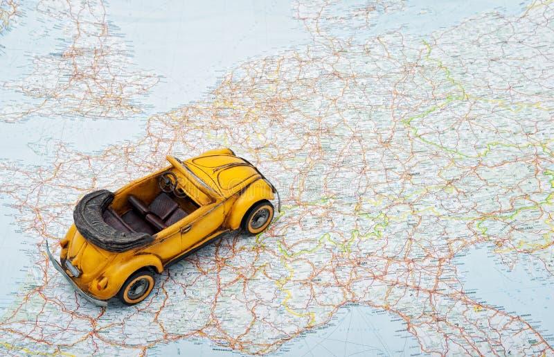 Recorrido en coche. Un coche del juguete en la correspondencia fotografía de archivo libre de regalías