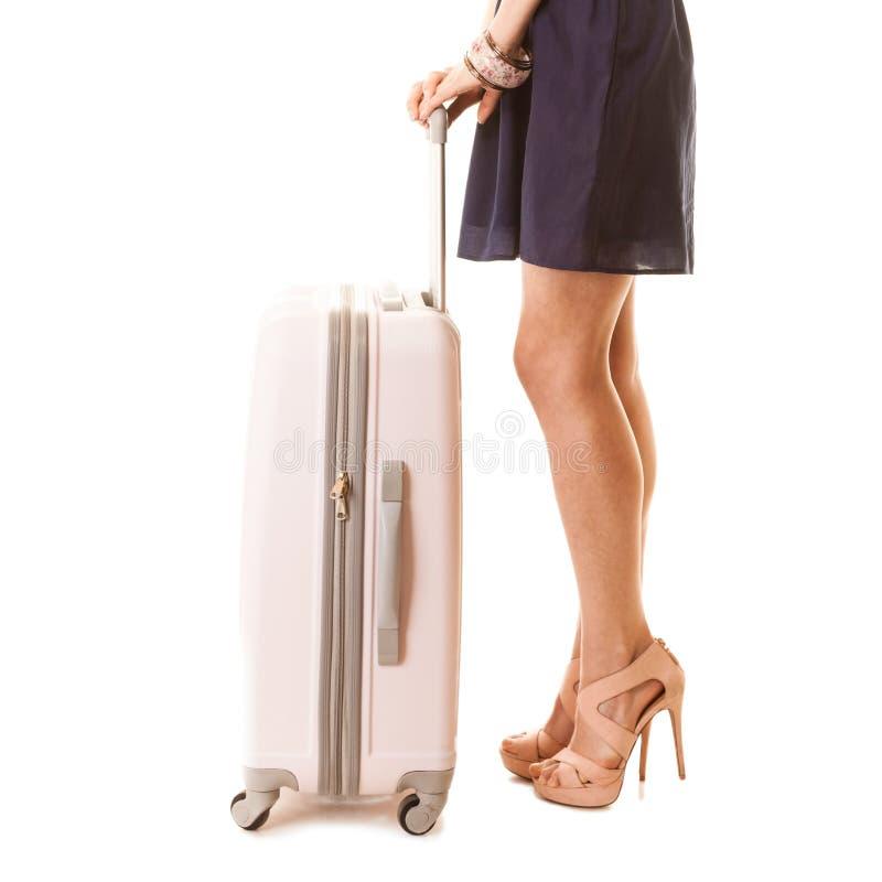 Recorrido y vacaciones Piernas femeninas con el bolso de la maleta fotografía de archivo libre de regalías