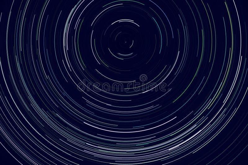 Recorridos de estrellas - rayas de luz de estrellas en el cielo nocturno debido a la rotación de la Tierra imagenes de archivo