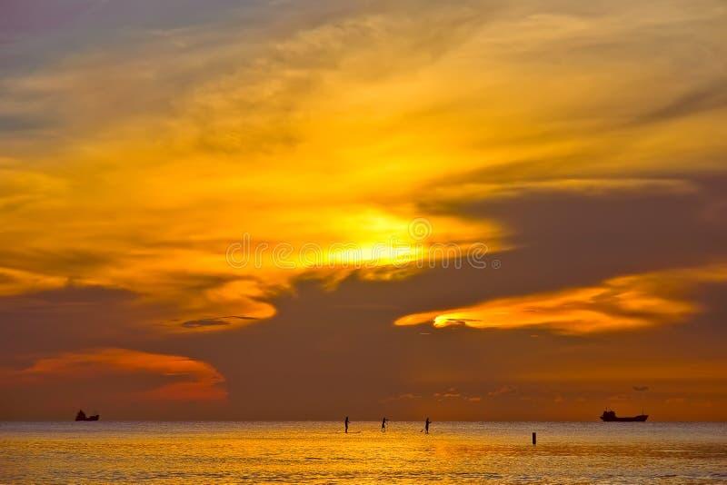Recorriendo en el agua (costa de la salida del sol, de Océano Atlántico) fotografía de archivo libre de regalías