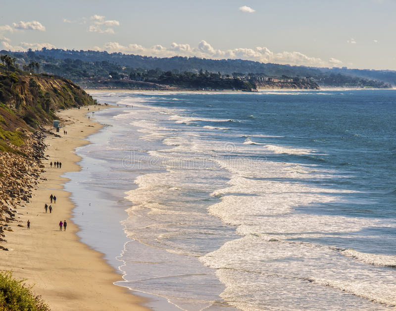 Recorriendo la playa, Encinitas California foto de archivo