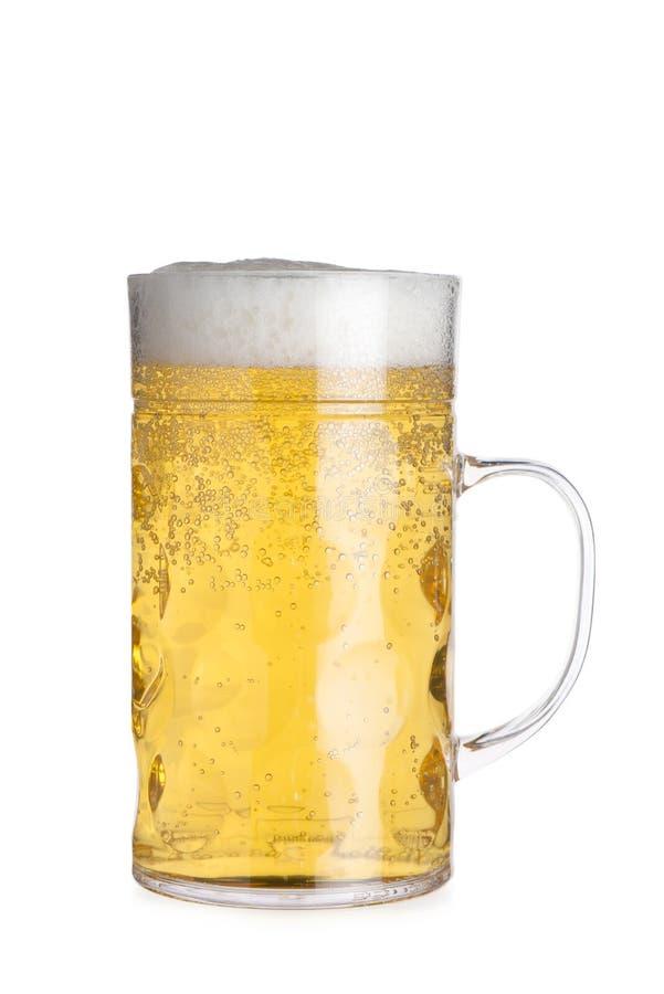 Recorte de Crystal Mug Filled alto con la cerveza imágenes de archivo libres de regalías