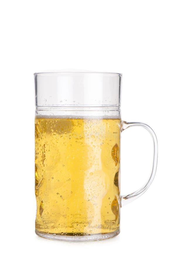 Recorte de Crystal Mug Filled alto con la espuma de la cerveza quitada foto de archivo