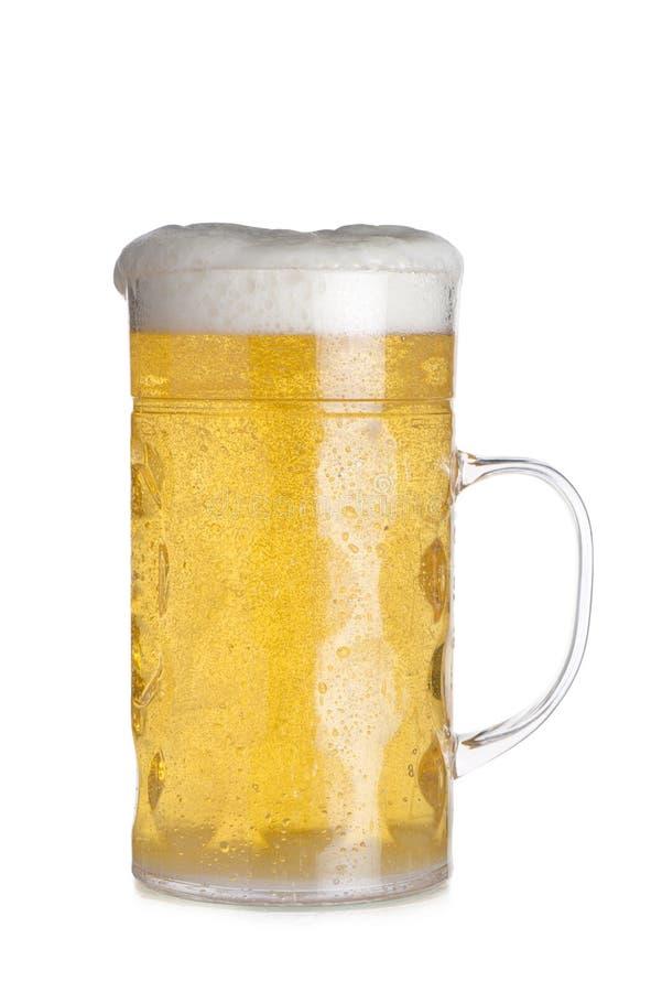 Recorte de la taza de cristal alta llenada de la cerveza imágenes de archivo libres de regalías