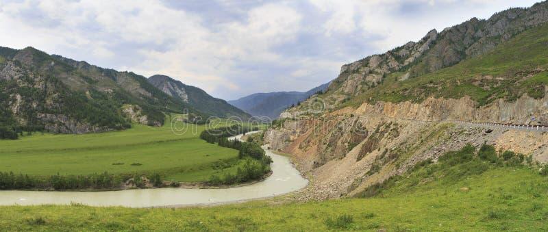 Recourbement de la rivière de Chuya et du Chuysky Trakt dans Altai photographie stock