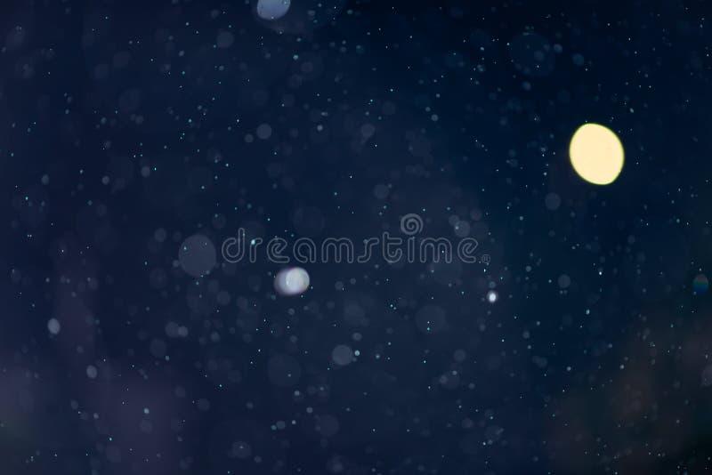 Recouvrement en baisse de texture de bokeh de neige ou de pluie sur le fond bleu photos libres de droits