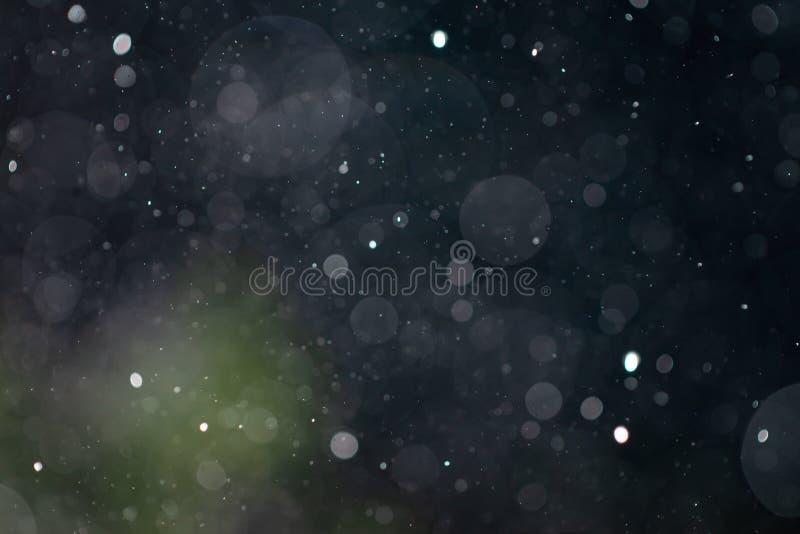Recouvrement en baisse de texture de bokeh de pluie de neige sur le fond bleu-foncé et vert images libres de droits