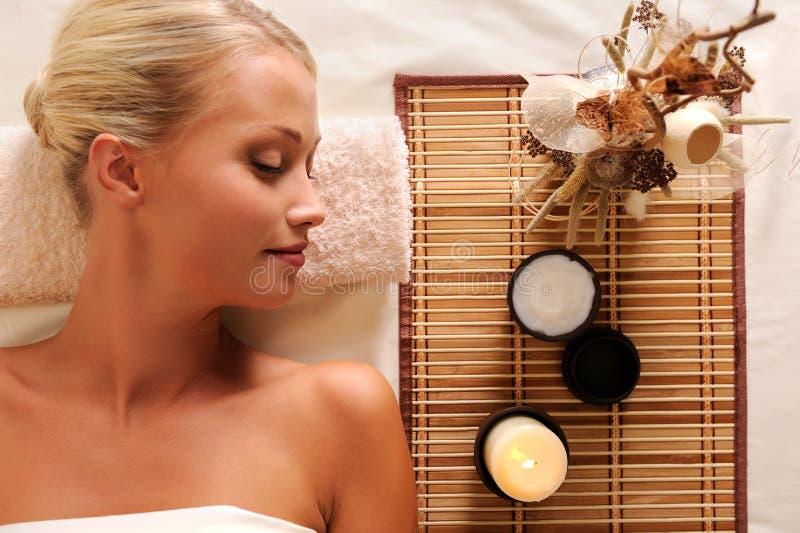 Recreação Bonita Nova Da Mulher No Salão De Beleza Dos Termas Fotografia de Stock