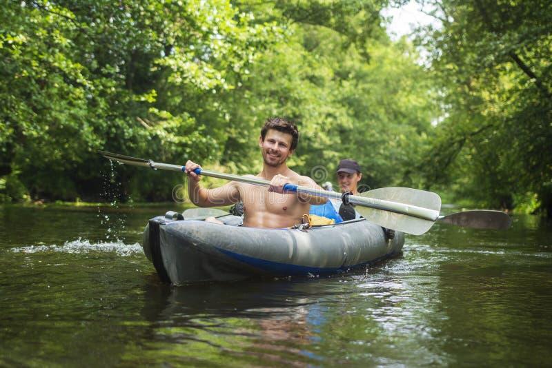 Recreação do esporte no caiaque Turismo do lazer na canoa Dois amigos nadam no barco com remos kayaking Canoeing imagens de stock royalty free
