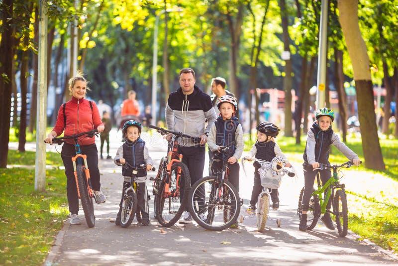 Recreação exterior dos esportes ativos da família do tema Um grupo de pessoas é uma família grande de 6 pessoas que estão que lev imagem de stock royalty free