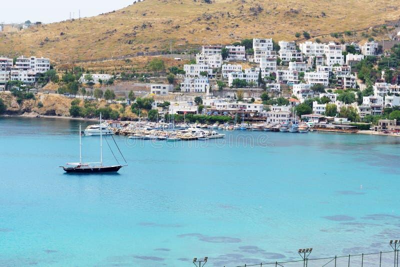 A recreação yachts perto da praia no recurso turco imagem de stock