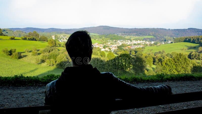 Recreatie in de aard, odenwald, jonge mensenzitting op een bank stock afbeelding