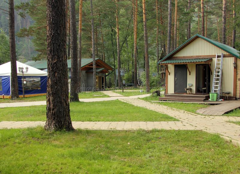 Recreatiecentrum nabij de bergrivier in Siberië in de zomer stock fotografie