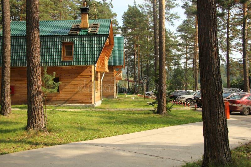Recreatiecentrum nabij de bergrivier in Siberië in de zomer stock afbeeldingen