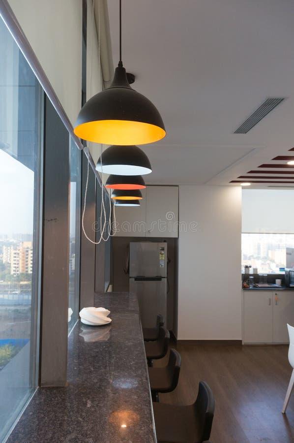 Recreatief gebied in bureaukoffie met kleurrijke lampen en bankplaatsing stock afbeeldingen
