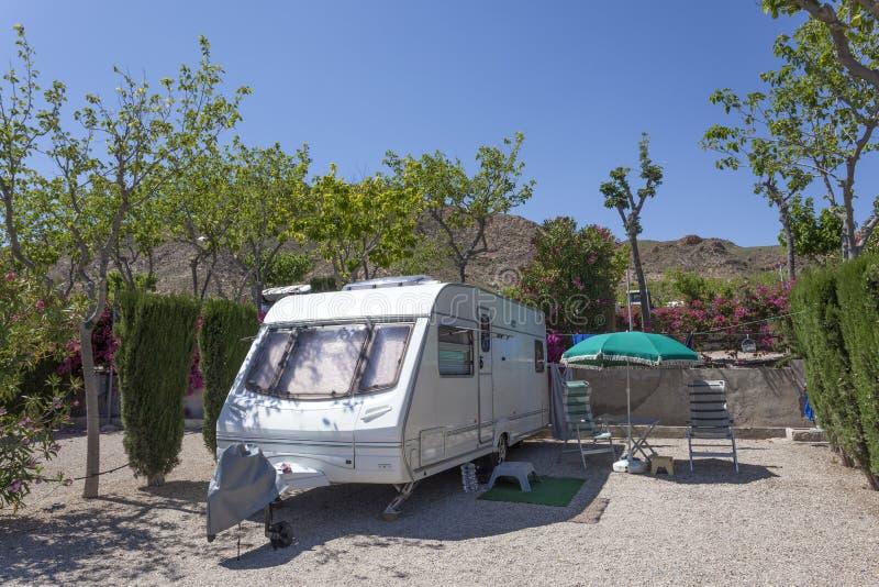 Recreatief voertuig op een kampeerterrein royalty-vrije stock afbeeldingen