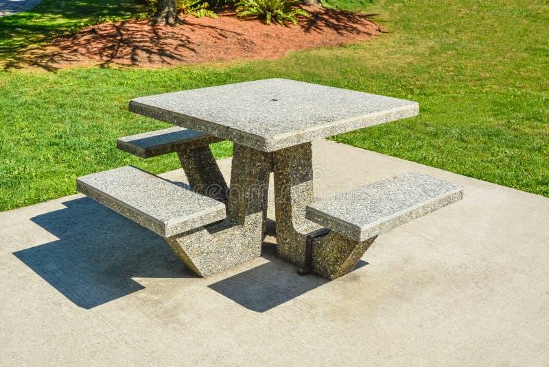 Recreatiegebied met picknicklijsten in een park stock foto