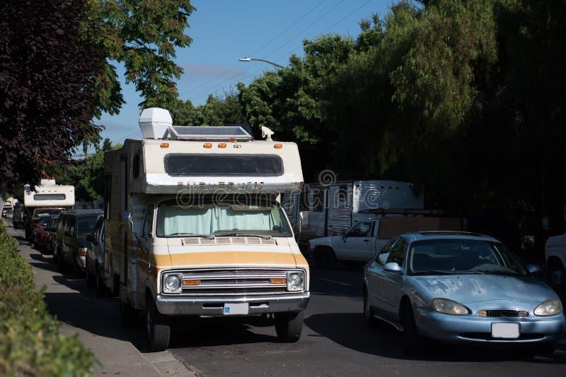 Recreatieve die Voertuigen langs straten in Mountain View, Californië worden geparkeerd royalty-vrije stock foto