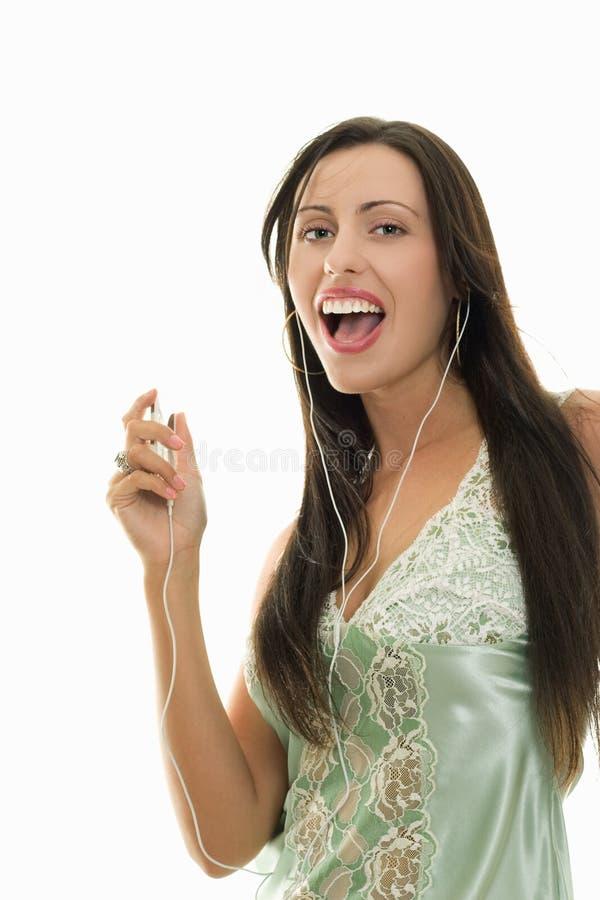 Recreatieve looppasvrouw met muziekspeler stock foto