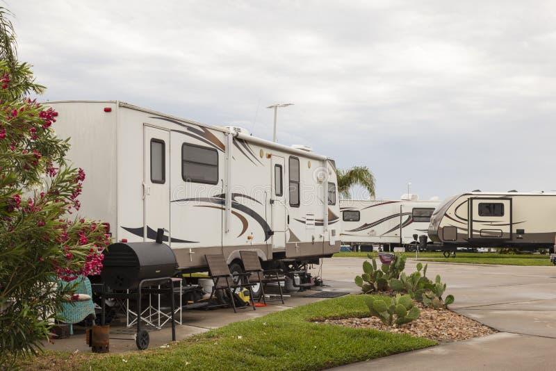 Recreatieve voertuigen bij een kampeerterrein royalty-vrije stock foto's