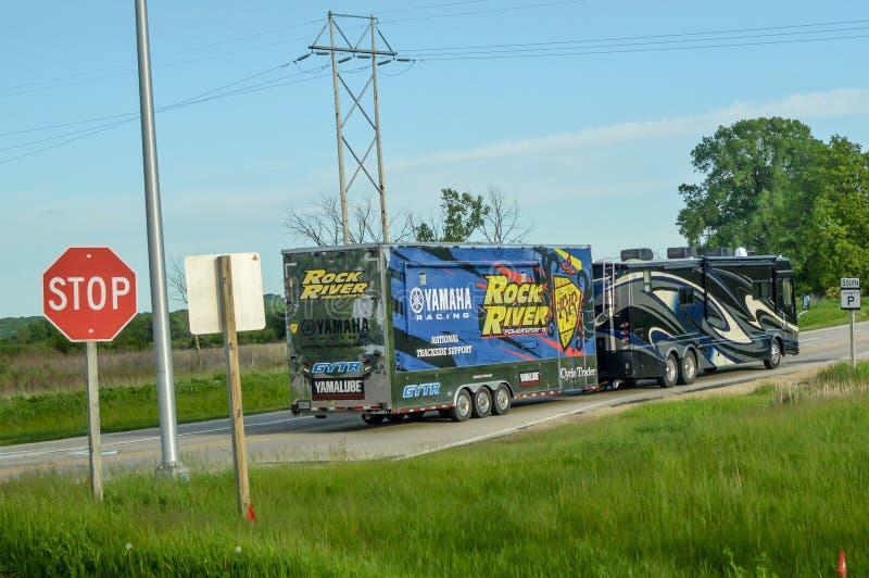Recreational Vehicle Pulling Rock River Yamaha Trailer royalty-vrije stock foto's
