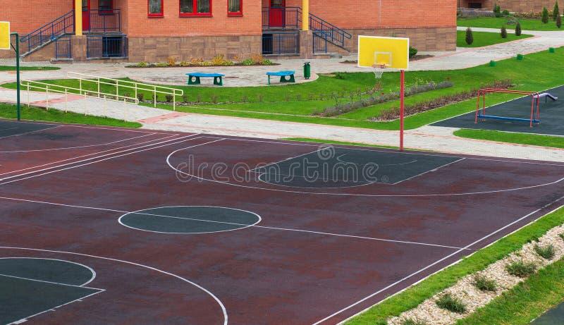 Recreio com um campo de jogos para o basquetebol fotos de stock
