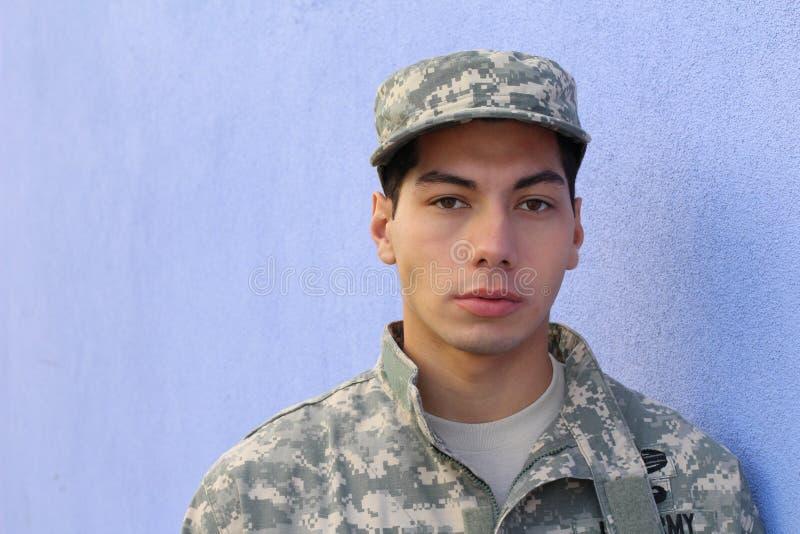 Recrue américaine de jeune armée sérieuse ethnique photo stock