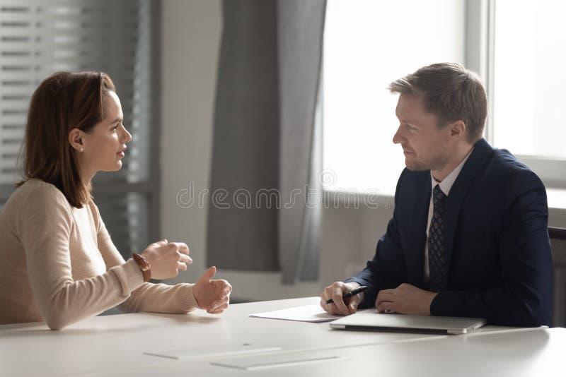 Recruiter hr manager in ascolto di una candidata in un colloquio di lavoro fotografie stock