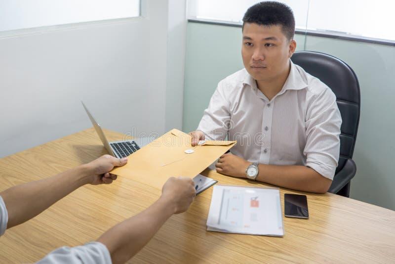 Recruta asiático que recebe o resumo do candidato em uma entrevista de trabalho imagem de stock royalty free