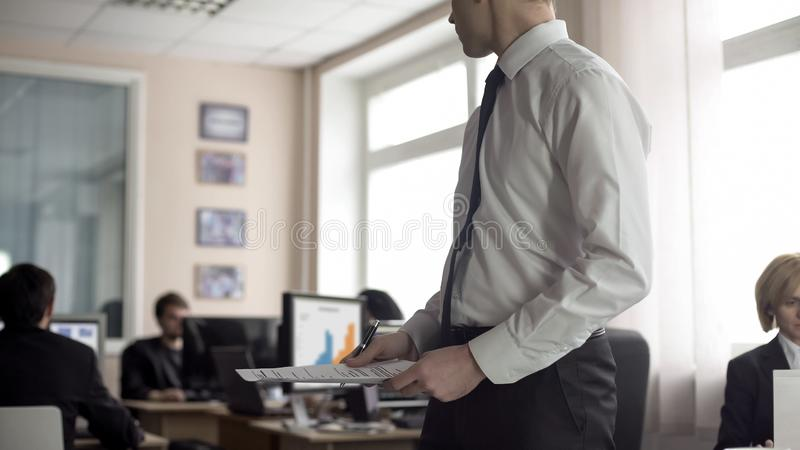 Recruta masculino que guarda documentos e que procura o treinador no escrit?rio, candidatura a cargo fotos de stock