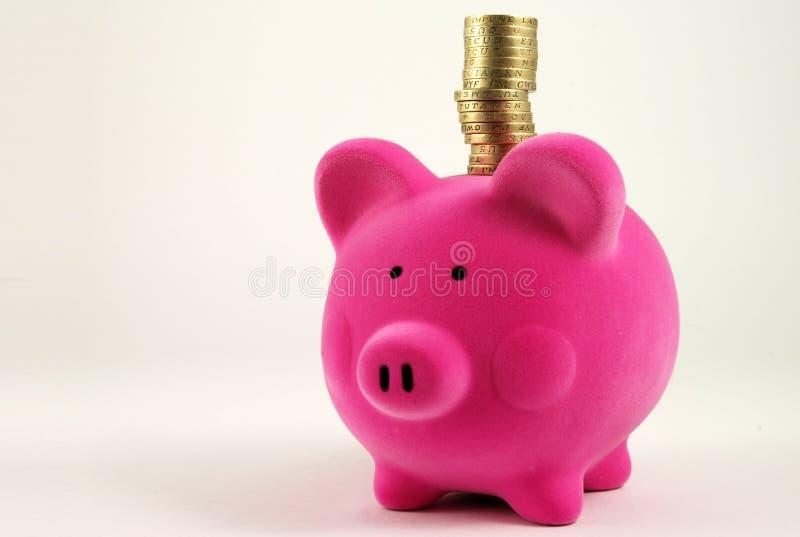 Rectángulo de dinero con la pila de monedas foto de archivo