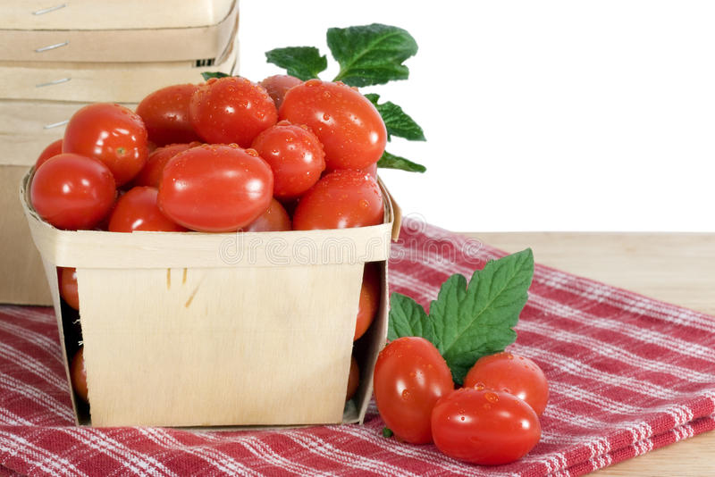 Rectángulo de madera de tomates fotos de archivo
