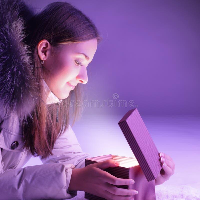 Rectángulo de regalo abierto de la muchacha imagen de archivo libre de regalías