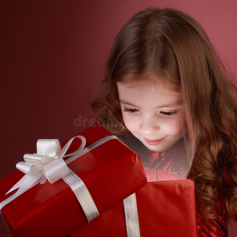 Rectángulo de regalo abierto de la muchacha de Litle foto de archivo