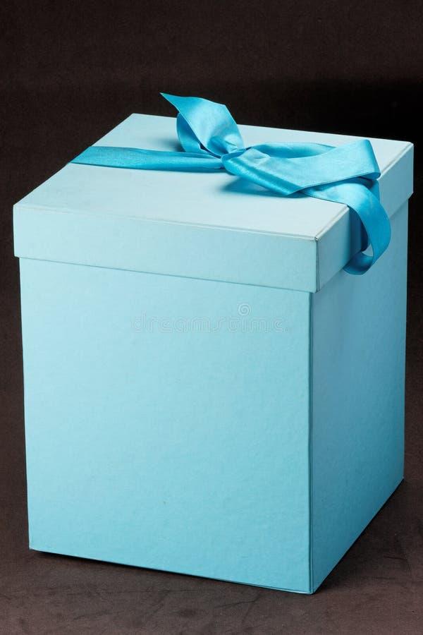 Rectángulo de regalo azul con el cordón fotos de archivo libres de regalías