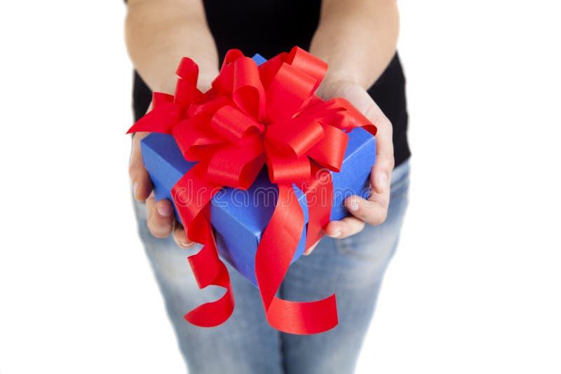 Rectángulo de regalo azul con la cinta roja foto de archivo libre de regalías