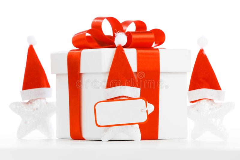 Rectángulo de regalo blanco con la cinta roja fotografía de archivo