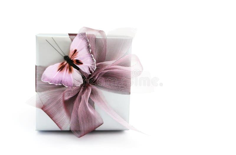 Rectángulo de regalo con la mariposa imagenes de archivo
