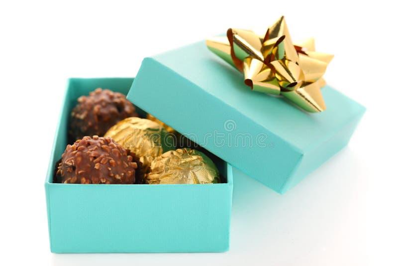 Rectángulo de regalo con la trufa de chocolate fotografía de archivo