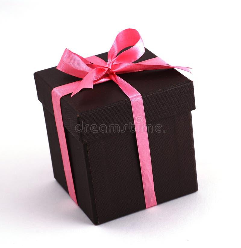 Rectángulo de regalo con las cintas rosadas foto de archivo