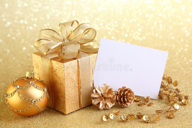 Rectángulo de regalo de la Navidad con las bolas de la Navidad foto de archivo libre de regalías