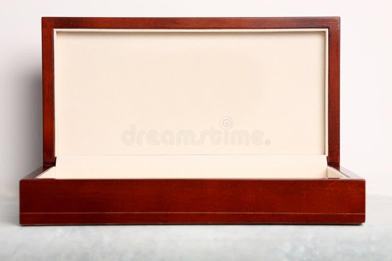 Rectángulo de regalo de madera de lujo imagen de archivo