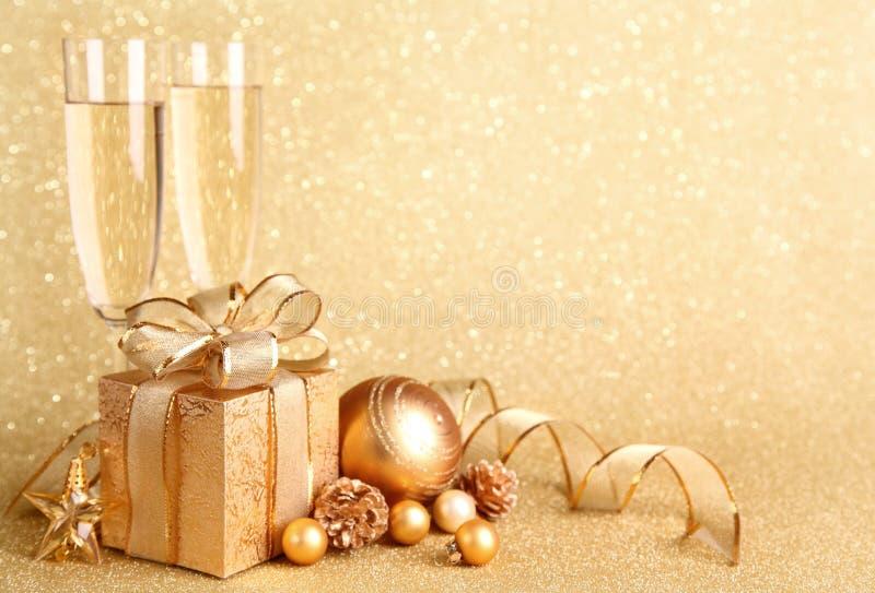 Rectángulo de regalo de oro fotografía de archivo libre de regalías