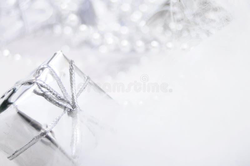 Rectángulo de regalo de plata en el fondo blanco de la falta de definición fotos de archivo libres de regalías