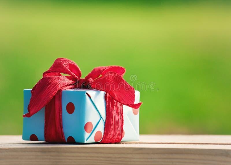 Rectángulo de regalo en el vector de madera foto de archivo