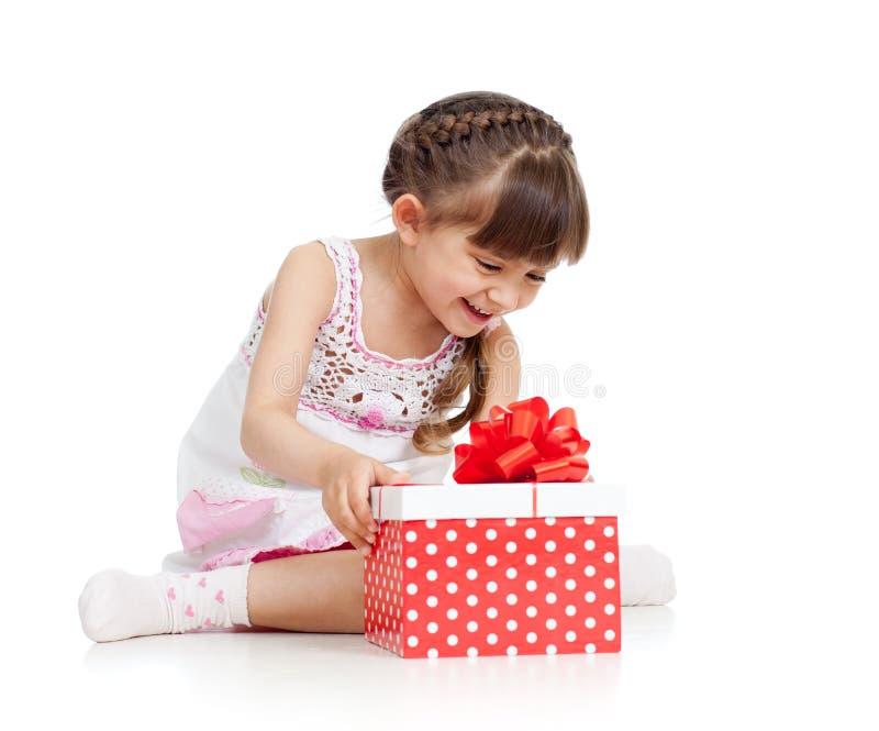 Rectángulo de regalo feliz de la apertura de la muchacha del niño imágenes de archivo libres de regalías