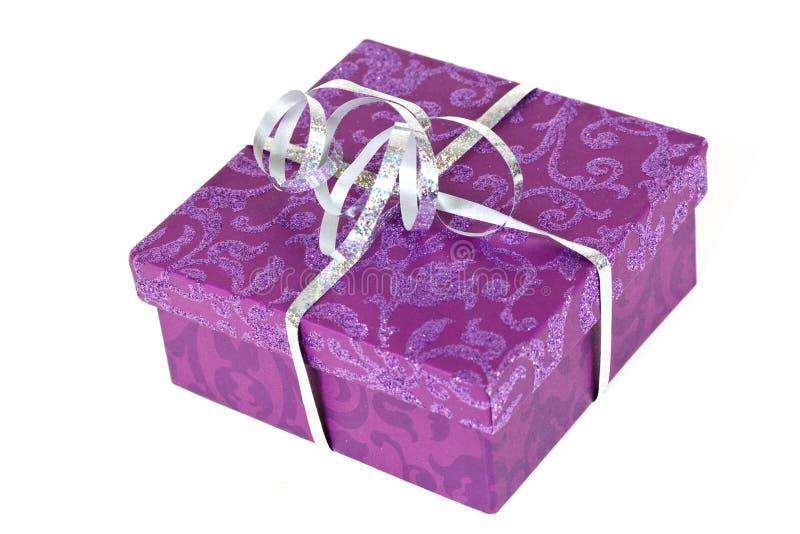 Rectángulo de regalo púrpura, con la cinta, aislada en blanco foto de archivo