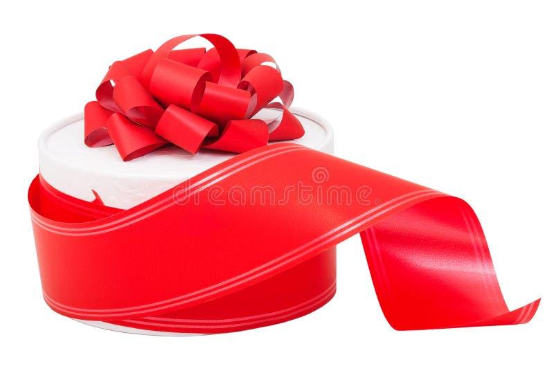 Rectángulo de regalo redondo con un arqueamiento y una cinta rojos fotos de archivo libres de regalías