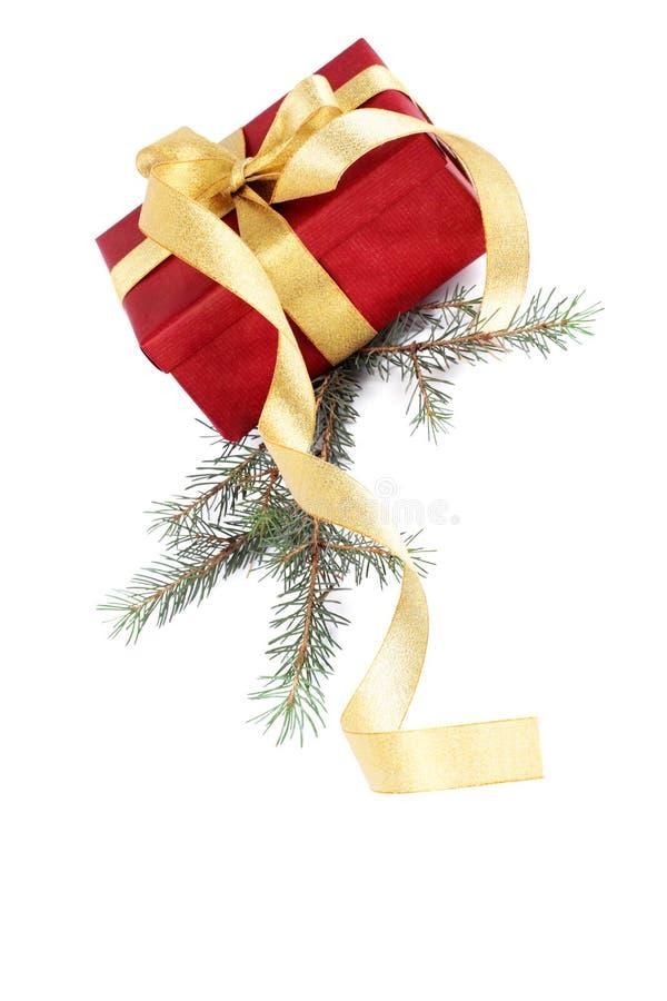 Rectángulo de regalo rojo con un arqueamiento del oro fotografía de archivo libre de regalías